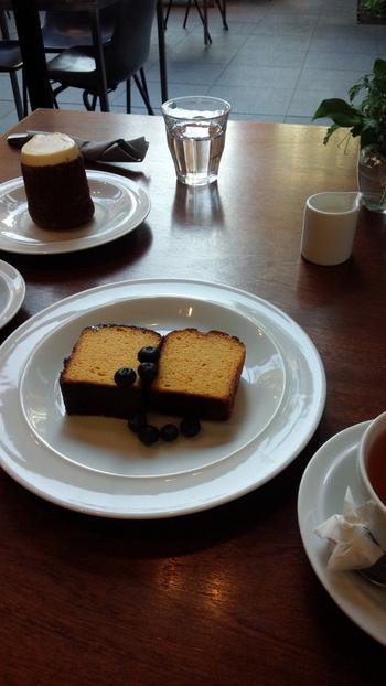 こちらは、オレンジケーキ。ブルーベリーが添えられています。