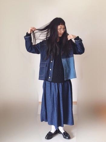 個性的なパッチワーク風デニムジャケットは、ロングスカートやパンツとも好相性で着回し度抜群。今春らしいノーカラーを選べば首元もすっきりして見え、ネックレスやスカーフも映えそうですね。手持ちのデニムと合わせて即、セットアップ風な着こなしに。