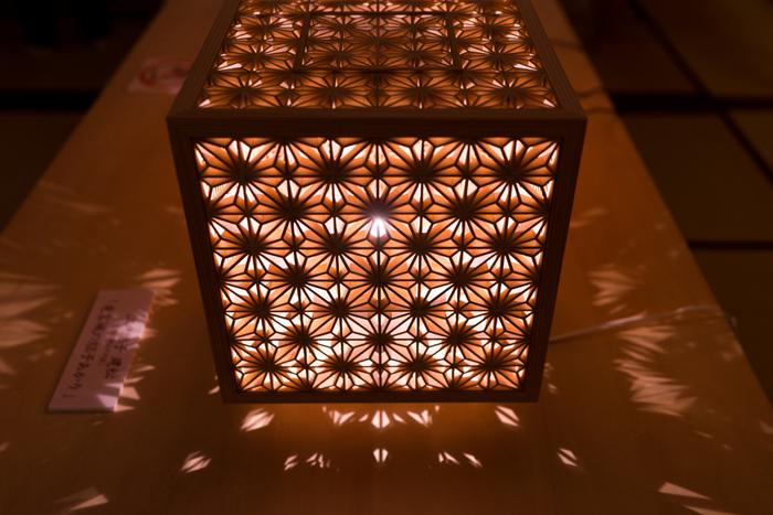 組子の技術を施した小箱型の灯り。