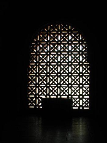 美しいアーチを描く格子・・・教会のステンドグラスのように陰影を演出する大窓。