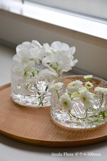 ほんの少しのお花でも、フローラボウルに飾っておくと、水とガラスのキラキラがお花の魅力をより引き立たせてくれます。こちらのようなトレーに乗せてあげると、木のあたたかみも感じられてより優しい印象になりますね。
