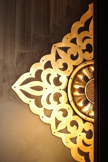 浅草寺の本堂扉・・・金色に輝く金具が豪華ですね。まさに本堂扉にふさわしい扉金具です。