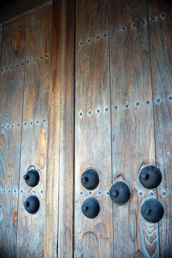 重厚な木製の扉に釘隠しの緑青(ろくしょう)が染み込み、歴史を感じさせます。