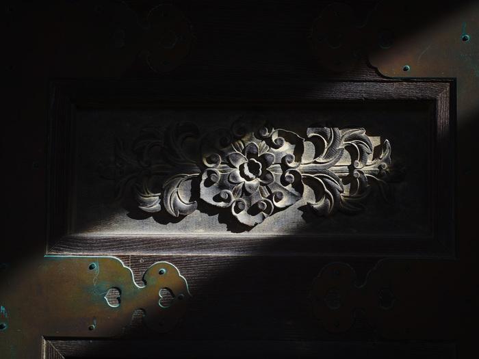瑞泉寺の山門扉・・・山門を補強する力強い縁飾り金具。簡単には破られない頑丈なつくりです。