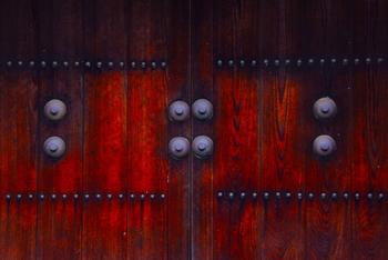 高知白の詰門・・・年に一度、梅の花が咲く季節にしか開かない詰門の扉です。丸い釘隠しの規律ある意匠が素敵ですね。