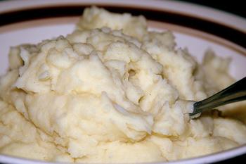 ホワイトソースの代わりにもなるポテトクリーム。基本の作り方をマスターすれば、レパートリーが広がります。難しそうに思えますが、手順は簡単なんです。