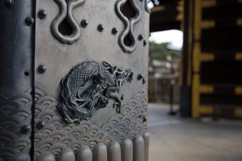 門柱下に施された飾り金具に龍のモチーフ。様々な彫金の技術が活かされています。
