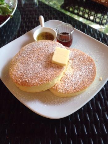 ティータイムに食べたいのが、お店の名前がついた「ランディさん家のパンケーキ」。リコッタチーズが入ったふわふわのパンケーキに、発酵バターとメープルシロップをたっぷりかけていただけば、お口の中も春の幸せが感じられますよ。平日は14時からのメニューですのでご注意ください。