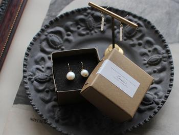 パールの自然なフォルムを活かしたシンプルなピアスは、どんな人にでも似合うので、贈り物としても◎デザインと同じくシンプルなボックスとともにプレゼントできます。