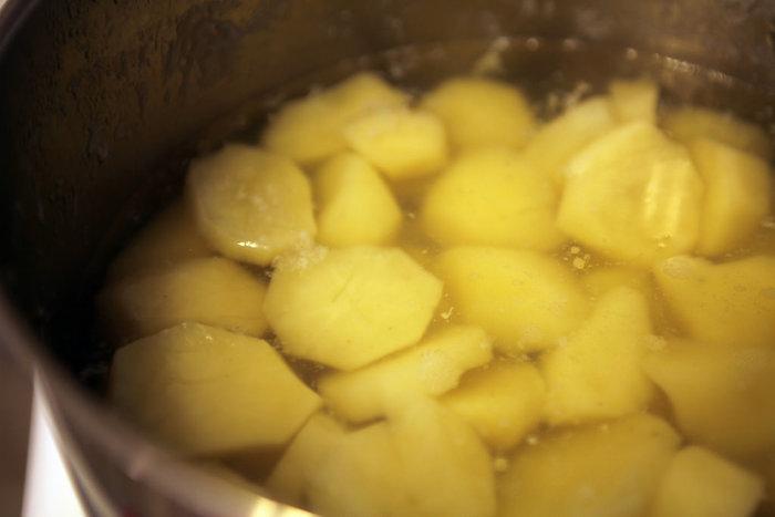 皮をむいて乱切りにしたジャガイモを水からゆで、マッシャーなどでつぶします。熱いうちにバター、塩、粗びき黒コショウ、そして、牛乳を少しずつ混ぜながらとろとろにしていきます。