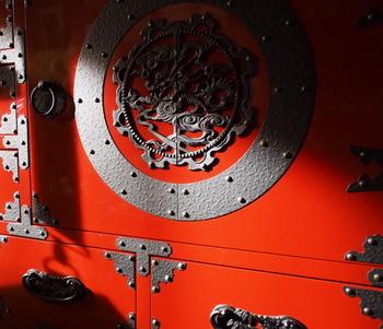 会津の民芸家具・・・縁飾りが美しい和箪笥。龍の装飾金具で引き締めています。朱と金具の異財の取り合わせが素晴らしいですね。