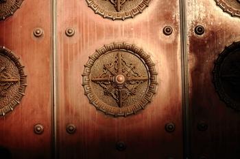 九段会館の扉・・・旧称、軍人会館。剣の形が美しい釘隠し。重厚で歴史を感じさせる扉に、風格と威厳を与えています。