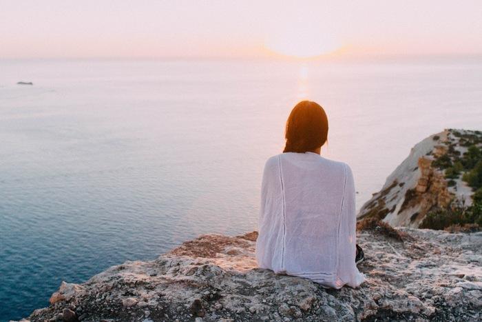 まずはマインドフルネスの基本となる、「呼吸」に意識を集中する瞑想法からご紹介します。はじめに心地良いと感じる楽な姿勢になりましょう。マインドフルネスでは特に座禅を組む必要はなく、椅子に座ってもあぐらをかいた状態でもできます。座る時は背筋を伸ばし、肩の力を抜いてリラックスします。目は閉じても、うっすら開けた状態(半眼)でも◎。自分がやりやすいと感じる方を選んでくださいね☆