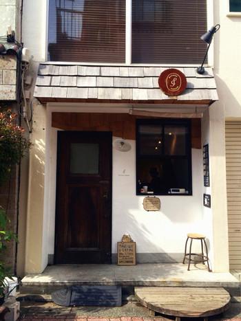 まるでヨーロッパにある小さなコーヒー屋さんのよう。路地の一角にちょこんと佇むかわいらしいお店です。