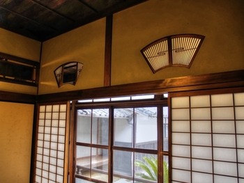 おしゃれな壁欄間・・・蜂壁に設けた縁起の良い扇形が、表情のある壁欄間です。