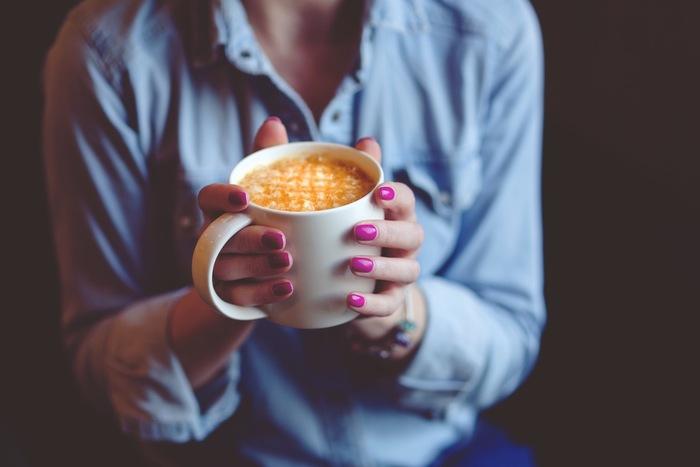 """基本的にはレーズンを使いますが、一粒のチョコレートや一杯のコーヒーでも◎。普段の生活では""""食べる""""ことを分析したり、ゆっくり観察することはめったにありませんよね。食べ物・飲み物の見た目や香り、そして食感や体内に入っていく時の様子など。いつも食べ慣れているものでも五感を研ぎ澄ませてゆっくり味わうと、新しい発見や気付きがあるかもしれません☆"""