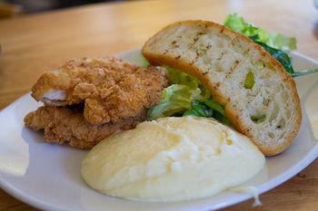 ミートソースをのせたり、パンやスティック野菜につけて食べたりできるので、レパートリーが豊富で楽しいことも人気の理由です。