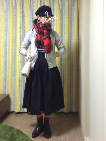 ストールの赤をブーツからチラッと覗いた靴下とリンクさせて。キャスケットもかわいい。