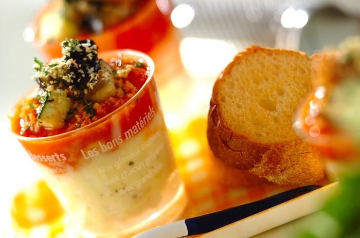 色鮮やかなトマトソースと炒めたナスやズッキーニなどの野菜をたっぷりと乗せたポテトクリームにバケットを添えて。ワインにもよく合いそうなディップ風サラダの出来上がりです。