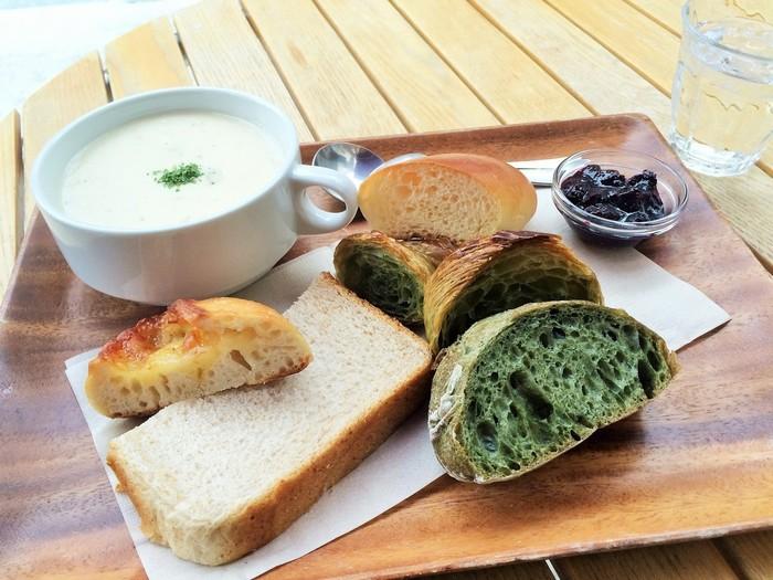 おすすめは、モーニングタイムにいただくパンとスープのセット。いくつもの種類のパンがたっぷりついた朝ごはんがいただけます。日中は大混雑の目黒川エリアも、朝なら比較的ゆっくりと桜を眺めることができますよ。
