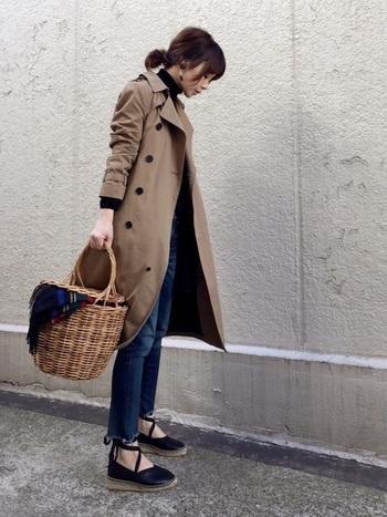 巻くだけでなく、かごバッグからちら見せする、という上級テクも!差し色に便利な他、秋冬は使いにくいかごバッグに温かみが加わって合わせやすくります。