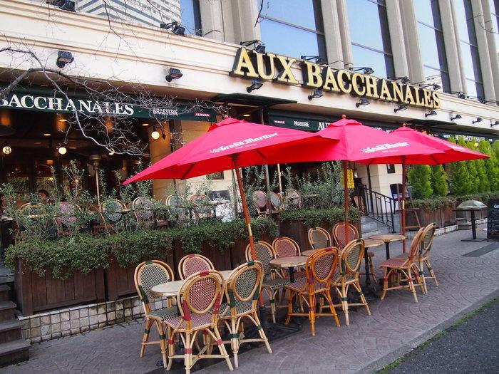 フランスのスタイルを追求したという店内は、どこか映画アメリの勤めていたカフェ「カフェ デ ドゥ ムーラン」のようなオシャレな雰囲気。また、桜が見えるオープン席は外国人もよく座っているので、まさにフランスに来たかのような感覚になります。