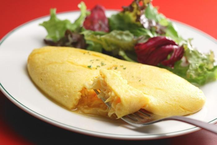 フレンチカフェにかかせないオムレツも、もちろんオーダーできます。ふわふわの卵を割ってみると、中は半熟のほどよいトロトロ感。フランス直輸入の素材で作られた、小麦の香り高い自家製パンと共に召し上がってくださいね。