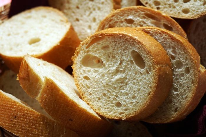 カットしたバゲットは、新しいパンの間に挟んで密閉させます。カットしていなくてもバゲットの大きさが小ぶりであれば、一緒にまとめて袋に入れておきましょう。でも、この手段は「カチカチ度」が末期を迎えてしまうと難しいかもしれません。