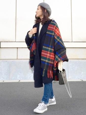 コートの上からゆるく羽織って。ストールの赤が際立っていますね。