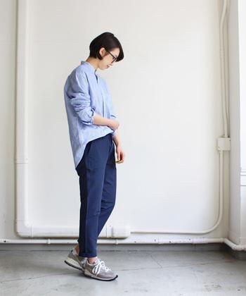 トレンドを問わず長く着られそうなスタイルが魅力のニューバランス。 シャツとパンツはブルー系でまとめて、知的でクリーンなスタイルです。足首を少し出すことで、軽さが出ますね。