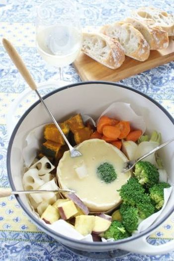 チーズフォンデュも元々はカチカチのパンを食べるための知恵でした。チーズにくぐらせればしっとり♪あんまりカチカチが気になる時には、季節の茹でた野菜をざるにあげたら、蒸気の上にガーゼで包んだバゲットをかざしておいてみて下さい。いい具合に復活しますよ♪