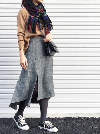 アシンメトリーのスカートと背中側の裾が長くなっているニットを合わせたコーデにさりげなく巻いて。力が抜けたラフな雰囲気が素敵。