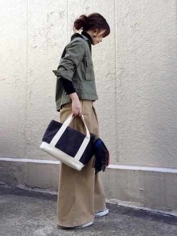 バッグからちら見せ。シンプルなコーデのアクセントに。