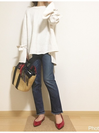 かごバッグの上に乗せて。差し色効果の他、バッグの中身の目隠しにも。