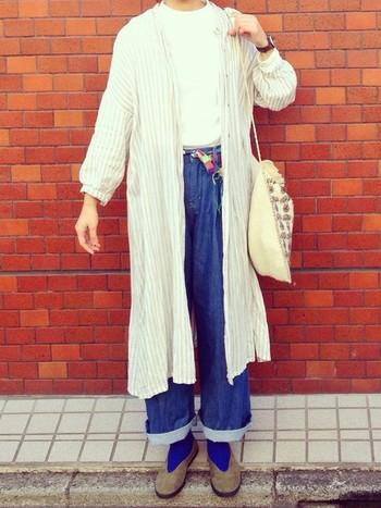 シャツワンピースをさらりと羽織るスタイルは今すぐ真似したい! Tシャツにデニムというベーシックなカジュアルコーディネートに、シャツワンピースを一枚羽織ることでニュアンスが生まれます。