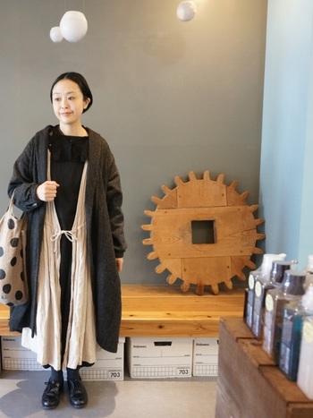 黒いワンピースの上に、ネストローブのカシュクールワンピースを重ね、黒いつけ襟、コートを着たボリュームのあるコーディネート。黒だけだと重くなりますが、ネストローブのワンピースが良いアクセントに。