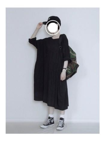 ぶかっとしたブラック綿ワンピースをさらりと着て、ベースボールキャップ、スニーカーと迷彩柄のリュックサックを合わせたコーディネート。ネストローブの服はほんのりフェミニンだから、男の子っぽいアイテムと合わせて甘辛ミックスもお手のもの。