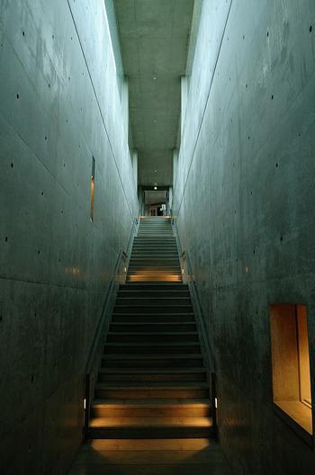 新棟である地中館「地中の宝石箱」は安藤忠雄設計。コンクリート打ちっぱなしの独特な雰囲気がここにも。