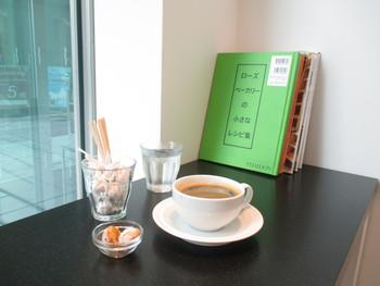 お買い物の合間にティータイム♪もちろんカフェ利用だけでもOK。大好きなマーガレットハウエルの世界に浸りながらくつろげるなんて素敵ですよね!カフェスペースとショップは仕切られていて他のお客さんの視線が気にならないのもウレシイ。