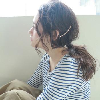 ざっくり束ねてヘアアレンジ。ポイントにバレッタを取り入れて上品さを演出しつつ、リラックス感ある仕上がりに。緩めに束ねて結ぶのがポイントです。