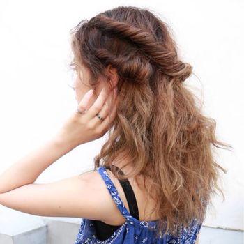 三つ編みを取り入れたスタイリングは、顔周りはスッキリとしつつも、後ろはゆるめ。メリハリがある髪型を楽しめます。Vネックやワンピースと合わせるのがおすすめ。