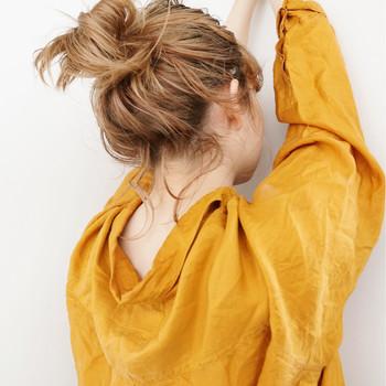 ロングのアレンジの定番とも言えるお団子。あえて後れ毛を残すことで、色っぽく雰囲気のある髪型に。うなじを大胆にみせるスタイリングにピッタリ。