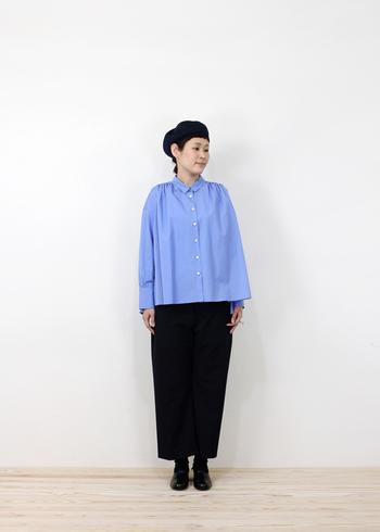 ブラックを基調にするコーディネートも。ブルーシャツを取り入れれば爽やかな印象に。ベレー帽があることで、雰囲気も堅すぎず程よいバランスに。