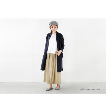 ロングコートを取り入れて大人っぽいカジュアルスタイル。ベレー帽とシューズのカラーは統一し、トップスのホワイトで抜け感を作っています。