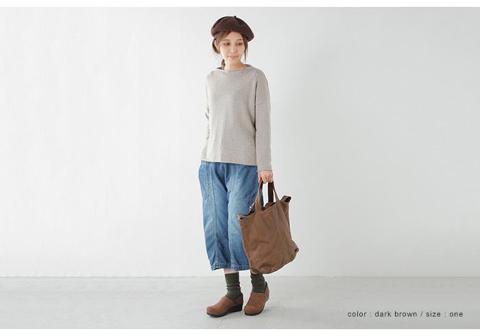 ベレー帽のカラーをシューズやバッグとあわせて統一感を演出。パンツにでデニムを合わせることで重さを軽減。