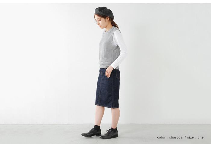 ロングスリーブTシャツにニットベストをレイヤード。足元はレザーシューズできちんと感を演出しています。ベレー帽を合わせることで、カジュアルな印象に。