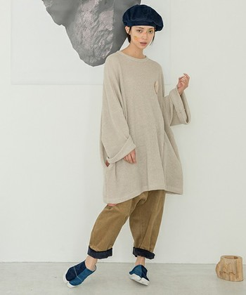 ざっくりワイドなチュニックに、ベレー帽をあわせた個性派スタイル。ベレー帽をあわせることで縦のシルエットのバランスがとれます。