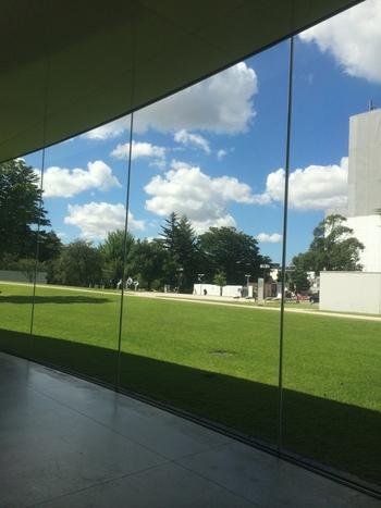 円形のガラスの外壁で覆われているとっても広い館内。妹島和世氏と西沢立衛氏による日本の建築家ユニット「SANAA(サナア)」によって設計されました。