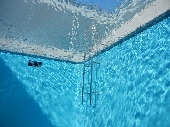 レアンドロ・エルリッヒのスイミング・プールという作品があることで有名ですね。