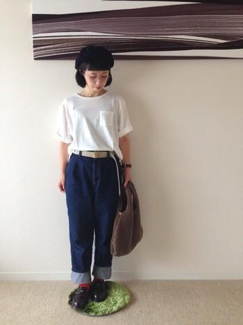 Tシャツとデニムの定番コーデはタックインスタイルでメリハリを。ボーダーワンピースのコーディネートと同じく、ベレー帽とシューズできちんと感をプラス。
